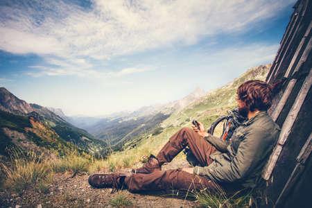 L'uomo viaggiatore con navigatore GPS inseguitore di relax da soli viaggi concetto di lifestyle montagne e nuvole su vacanze avventura background estivo all'aperto