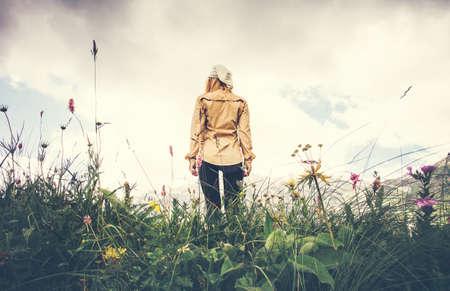 Junge Frau allein Reise Lifestyle-Konzept Sommerferien zu Fuß im Freien felsigen Bergen im Hintergrund Blick aus dem Boden Lizenzfreie Bilder