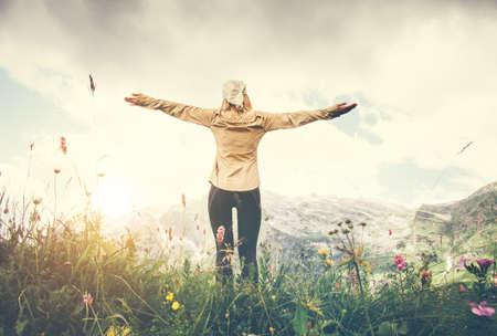 女性旅行者手を地面から背景ビューの旅行ライフ スタイル コンセプト夏休暇屋外の山をハイキングを発生 写真素材