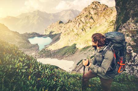 niño con mochila: Hombre de viajeros con mochila montañismo Viajes estilo de vida concepto lago y de las montañas en el fondo Las vacaciones de verano aventura al aire libre