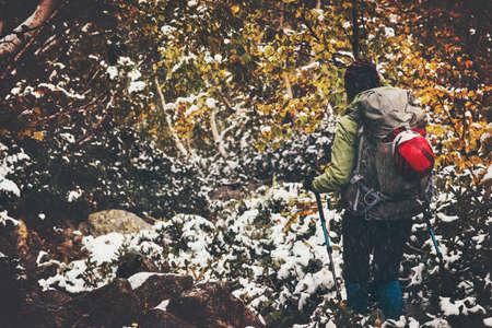Traveler avec sac à dos de randonnée en forêt Voyage Lifestyle aventure notion automne nature sur fond vacances actives météo neige