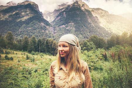 armonia: Mujer joven sonriente feliz disfrutando de las montañas del paisaje del viaje estilo de vida concepto de armonía con la naturaleza vacaciones de verano Foto de archivo