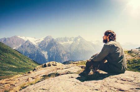 Die schönen Berge des Mannes, die Reise-Lebensstilkonzept sich entspannen, gestalten auf den Hintergrundabenteuern Ferien im Freien landschaftlich Standard-Bild