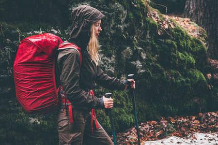 1cb2f5f2d5d Mujer de senderismo en el bosque con mochila roja de viajes de estilo de  vida vacaciones