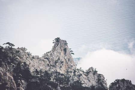 Brumosas montañas rocosas y el mar del viaje escénico del paisaje sereno vista aérea caprichoso clima