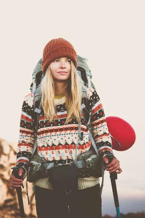 Счастливый женщина-путешественник с рюкзаком и красный шар походы Путешествие Образ жизни концепция приключение Активный отдых открытый