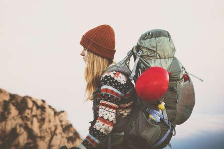 De viajeros Mujer con gran mochila de senderismo Viajes estilo de vida concepto de aventura vacaciones activas al aire libre del que lleva el sombrero de color naranja y ropa suéter Foto de archivo - 71157321