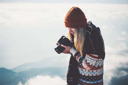 Fotografo donna con fotocamera nebbiosa montagne nuvole paesaggio su sfondo Viaggi Lifestyle concetto avventura vacanze all'aperto