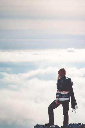 Femme debout sur la falaise seul pensant ciel nuages ??paysage sur fond vacances Voyage Lifestyle notion d'aventure en plein air