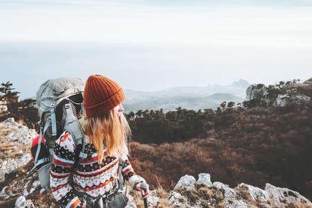 Femme touriste voyageant avec sac à dos randonnée vacances Voyage Lifestyle notion d'aventure en plein air Banque d'images