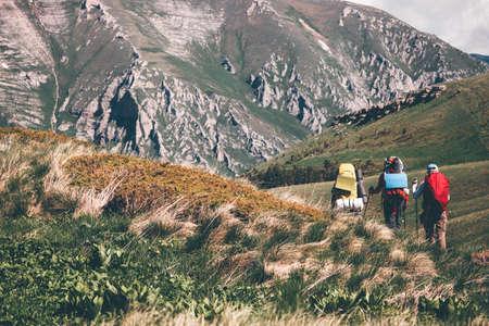 Backpackers randonnée dans les montagnes des vacances actives Lifestyle Voyage notion d'aventure en plein air paysage pittoresque sur fond