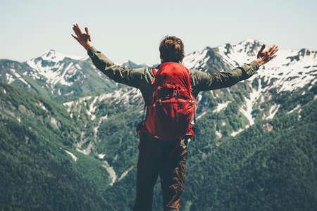 Glückliche Reisenden zu genießen, Berge, Landschaft Hände erhoben Travel Lifestyle Erfolg Konzept Abenteuer Aktivurlaub im Freien Standard-Bild