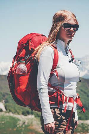 Femme voyageur randonnée dans les montagnes avec des vacances actives à dos Voyage Lifestyle succès le concept d'aventure en plein air