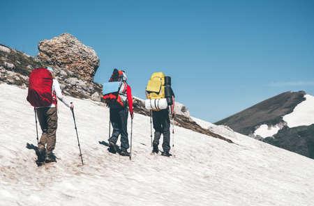 Les voyageurs d'escalade dans les montagnes avec des vacances actives à dos Voyage Lifestyle notion d'aventure en plein air paysage pittoresque sur fond