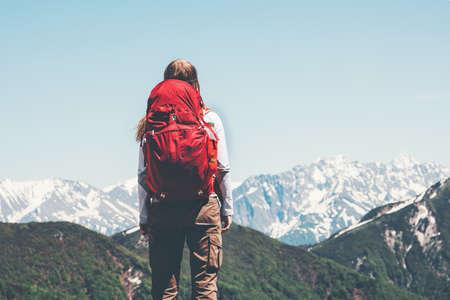 randonnée des voyageurs dans les montagnes avec des vacances actives sac à dos rouge Lifestyle Voyage notion d'aventure en plein air dans la nature Banque d'images