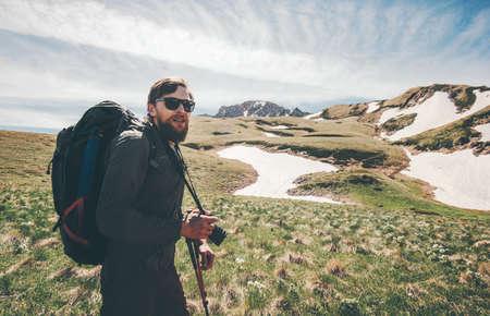 L'homme voyageant avec sac à dos de randonnée dans les montagnes Voyage Lifestyle concept de succès aventure actifs vacances d'été d'alpinisme en plein air Banque d'images