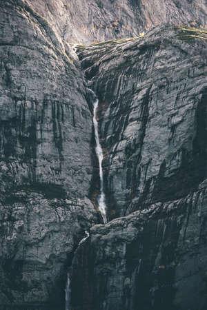 Cascade Paysage à des montagnes rocheuses mur Voyage serein vue panoramique