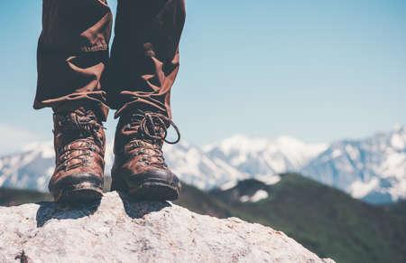 Pieds trekking bottes falaise rocheuse avec des montagnes paysage sur fond Lifestyle Voyage vacances d'aventure concept de Banque d'images