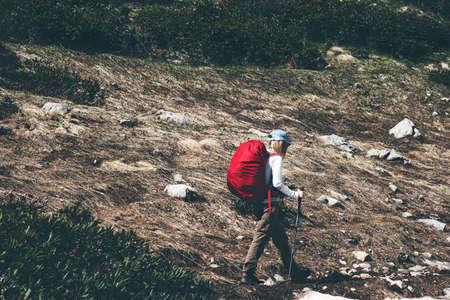 Traveler avec sac à dos de randonnée dans les montagnes paysage Voyage Lifestyle Aventure vacances extrêmes de plein air dans la nature