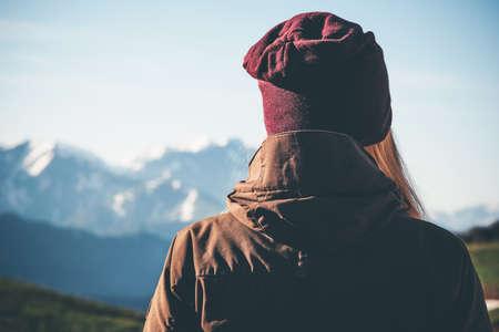 Femme Traveler montagnes profitant Lifestyle vue Voyage concept de l'aventure active des vacances de randonnée harmonie avec la nature Banque d'images