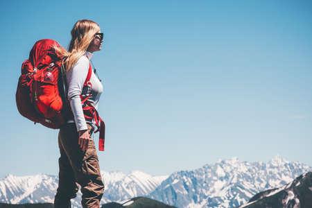 Femme backpacker voyage dans les montagnes Lifestyle Voyage Aventure vacances actives randonnée en plein air le sport