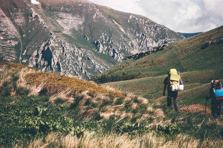 Les voyageurs de randonnée dans les montagnes des vacances actives Lifestyle Voyage notion d'aventure en plein air paysage pittoresque sur fond