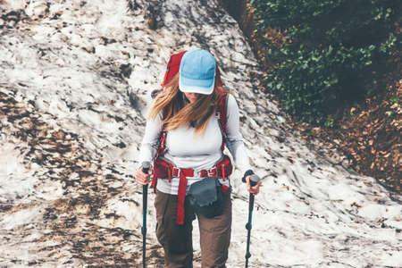trail femme Traveler course avec sac à dos Voyage Lifestyle Aventure actives vacances d'été en plein air de randonnée sportive Banque d'images