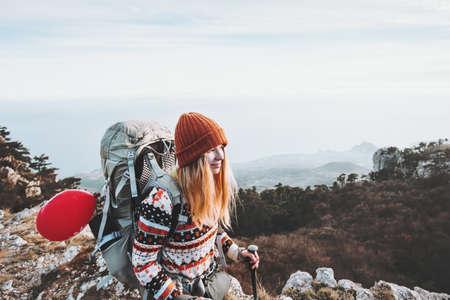 Femme voyageurs avec des vacances actives à dos randonnée Lifestyle Voyage notion d'aventure en plein air