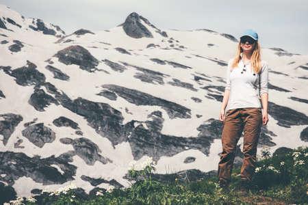 Femme voyageur debout profiter des vacances actives montagnes Lifestyle Voyage notion d'aventure en plein air dans la nature Banque d'images