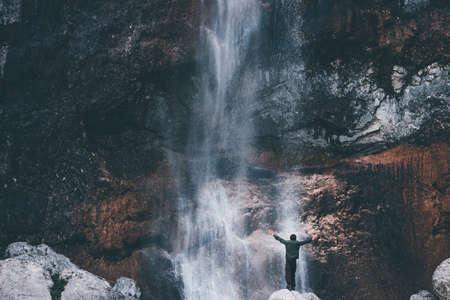 Cascade Paysage et les mains de voyageurs soulevées en profitant des vacances actives cascade vue Voyage Lifestyle concept d'aventure dans l'harmonie avec la nature sauvage