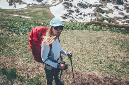 Femme voyageant avec sac à dos de randonnée dans les montagnes Voyage Lifestyle succès Aventure vacances d'été actives alpinisme en plein air le sport