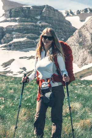 vacances actives Fille backpacker randonnée dans les montagnes Lifestyle Voyage notion d'aventure en plein air Banque d'images