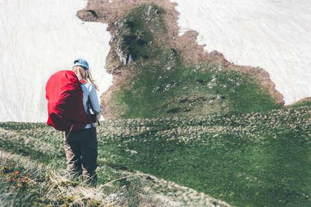femme des voyageurs avec sac à dos de randonnée dans les montagnes rocheuses paysage Voyage Lifestyle Aventure vacances extrêmes de plein air dans la nature Banque d'images