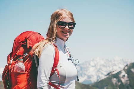 Bonne Femme randonnée dans les montagnes avec des vacances actives à dos Voyage Lifestyle succès le concept d'aventure en plein air