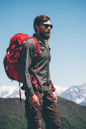 L'homme randonneur d'escalade dans les montagnes avec des vacances actives à dos Voyage Lifestyle succès le concept d'aventure en plein air