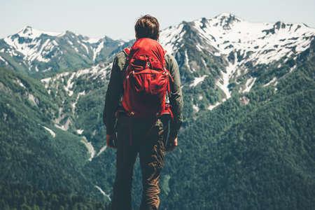 Traveler Man randonnée dans les montagnes avec des vacances actives sac à dos rouge Lifestyle Voyage notion d'aventure en plein air dans la nature