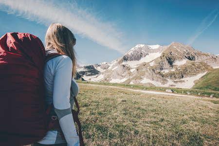 Femme voyageant avec sac à dos de randonnée dans les montagnes Voyage Lifestyle succès Aventure vacances actives en plein air alpinisme sport