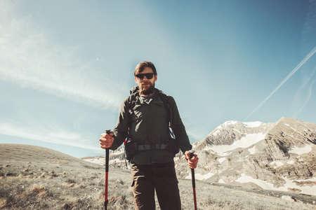 Bearded Man backpacker randonnée dans les montagnes Lifestyle Voyage Aventure actifs vacances d'été en plein air alpinisme sport