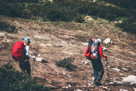 Couple randonneurs randonnée dans les vacances actives montagnes paysage Voyage Lifestyle notion d'aventure en plein air dans la nature