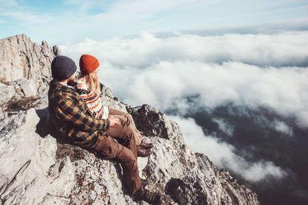 les voyageurs d'un couple homme et femme assise sur les rochers de détente montagnes et nuages ??paysage Amour et Voyage émotions heureuses Lifestyle concept. Jeune famille voyageant des vacances d'aventure actifs Banque d'images