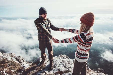 Couple amoureux Homme et femme marchant dans les montagnes tenant les mains sur les nuages ??Amour et Voyage émotions heureuses Lifestyle concept. Jeune famille voyageant des vacances d'aventure actifs