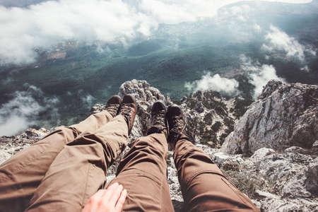 Couple Pieds selfie sur les montagnes falaise vue aérienne de détente Voyage Lifestyle vacances d'aventure concept dans la nature Banque d'images