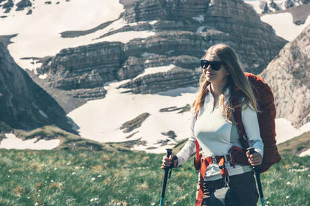 Femme randonneur avec sac à dos de voyage dans les montagnes Voyage vacances actives Lifestyle notion d'aventure en plein air