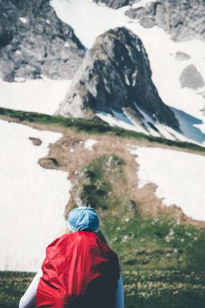 Traveler avec sac à dos de randonnée dans les montagnes rocheuses paysage Voyage Lifestyle Aventure vacances extrêmes de plein air dans la nature