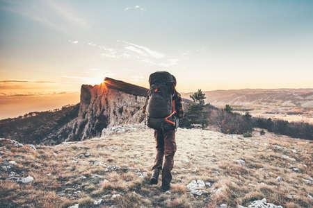 Man avec sac à dos de randonnée dans les vacances actives montagnes Voyage Lifestyle succès le concept d'aventure alpinisme en plein air coucher de soleil sport paysage