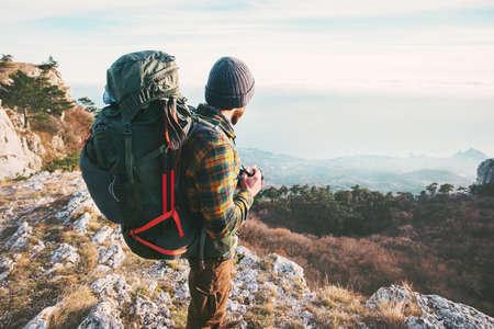 Man Traveler avec sac à dos de randonnée montagnes succès Lifestyle Voyage Aventure vacances d'été actif en plein air