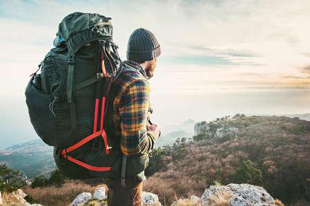 Man Traveler avec des montagnes grand sac à dos de randonnée expédition Voyage Lifestyle succès Aventure vacances actives en plein air alpinisme sport