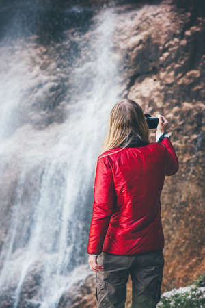 Femme Traveler cascade profitant vue Voyage Lifestyle concept aventure vacances actives dans l'harmonie avec la nature sauvage Banque d'images