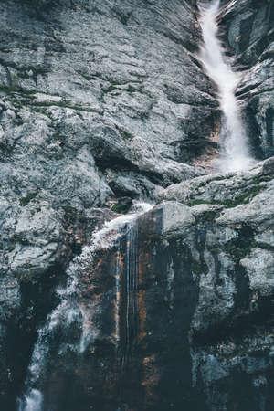 Cascade Paysage à des montagnes rocheuses Voyage sereine vue panoramique Banque d'images