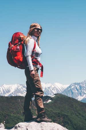 Femme Traveler avec sac à dos de randonnée montagnes paysage Voyage Lifestyle Aventure vacances extrêmes exterieurs